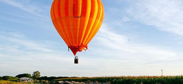 凯恩斯-阿瑟顿高原-库兰达-热气球-蓝天-白云