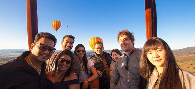 朋友-聚会-互动-黄金海岸-热气球-飞行-香槟-早餐